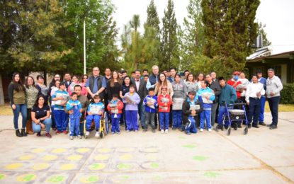 ENTREGA ACEVES SANCHEZ 2 MIL 489 UNIFORMES A ESTUDIANTES JEREZANOS