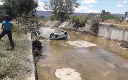 Atienden reporte de accidente automovilístico tipo volcadura sobre el Río el Xaloco
